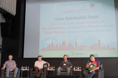 各ディストリビューションを代表する,パネルの4名。写真左から,Red HatのRic Wheerer氏,SUSEのAlan Clark氏,CanonicalのDavid Mandala氏(Ubuntu),HPのBdale Garbee氏(Debian)