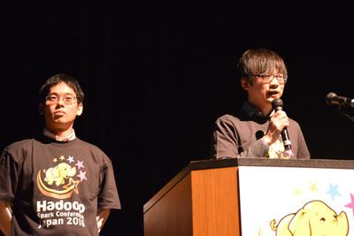 小沢健史氏(右)と鯵坂明氏